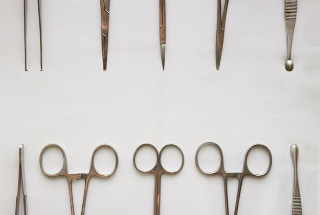 Médico ferramentas, curetagem, cólicas, pinça e tesoura em branco isolado