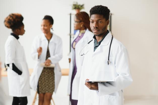 Médico generalista e médico e enfermeiro como equipe médica afro-americana no hospital