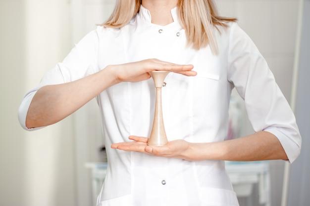 Médico ginecologista em uniforme branco no hospital da clínica.