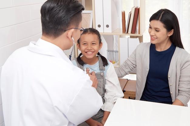 Médico homem asiático, conversa criança, e, mãe, prevenção, e, cuidado saúde, conceitos