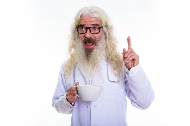 Médico homem barbudo sênior feliz e pensativo sorrindo