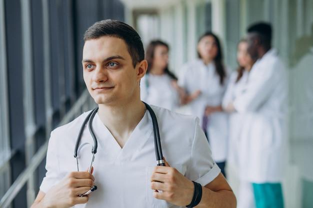 Médico homem de pé no corredor do hospital