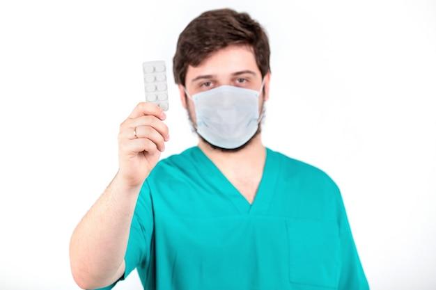 Médico homem segurando uma bolha na parede branca