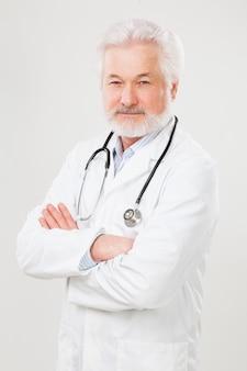 Médico idoso bonito de uniforme