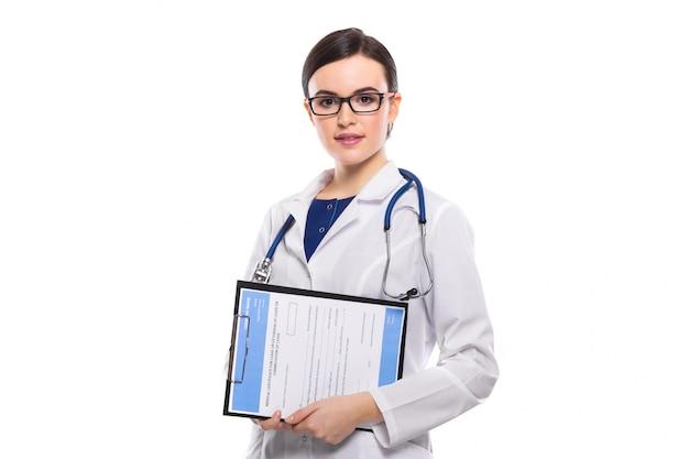 Médico jovem, com estetoscópio, segurando a área de transferência nas mãos em uniforme branco