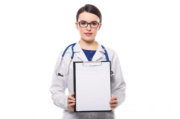 Médico jovem, com estetoscópio, segurando nas mãos dela e mostrando a área de transferência em uniforme branco