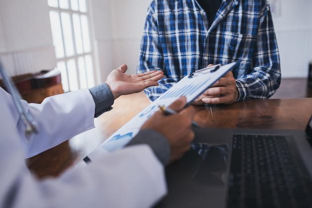 Médico jovem consultado asiáticos jovens pessoas doenças sexualmente transmissíveis. detectado câncer de próstata e venérea.