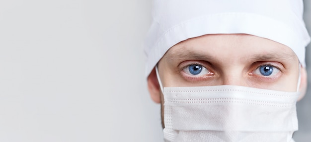Médico jovem de boné e máscara