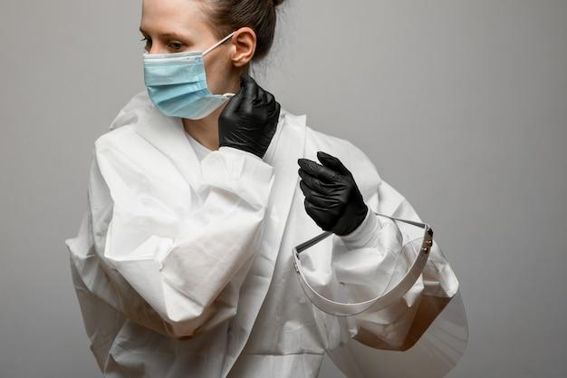 Médico jovem remove máscara médica do rosto