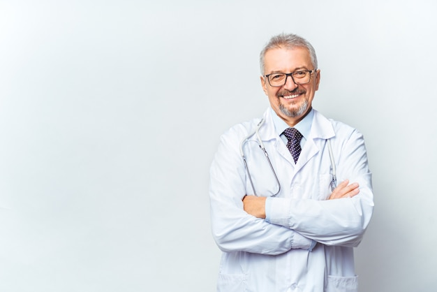Médico maduro alegre posando