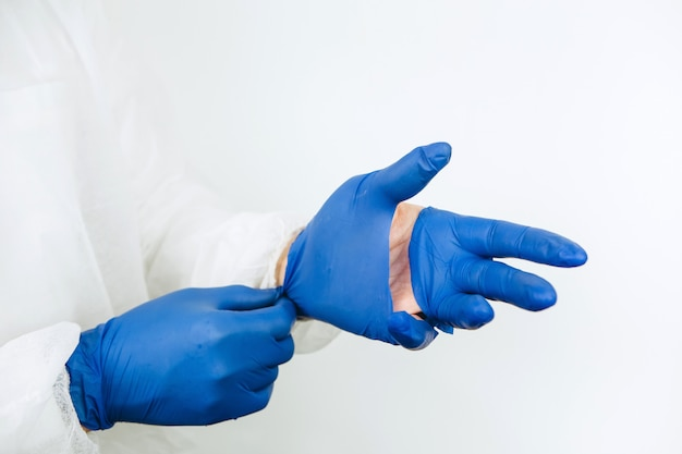 Médico mãos close-up em luvas de borracha rasgadas. luvas médicas rasgadas após um dia útil na clínica. os médicos estão lutando contra a epidemia de coronavírus. covid-2019