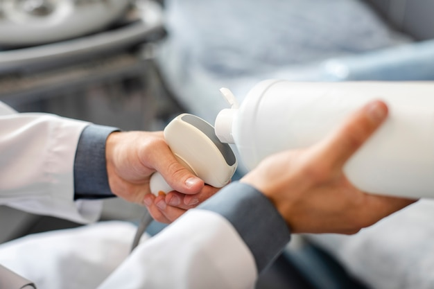 Médico mãos preparando um dispositivo médico para usar