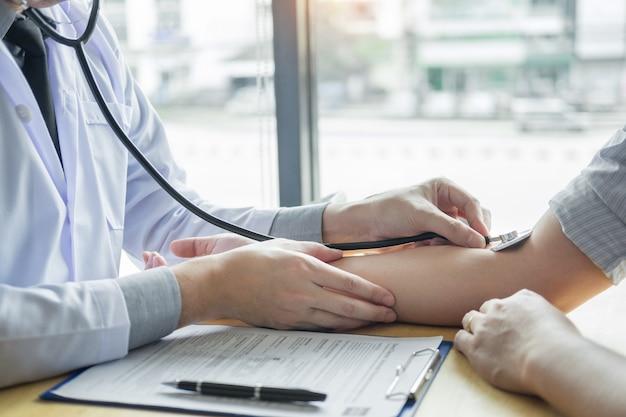 Médico, mãos, verificar, pressão sangue, de, um, paciente