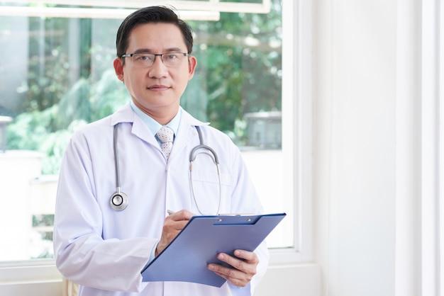 Médico masculino asiático