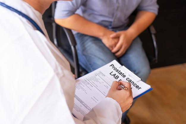 Médico masculino, e, câncer próstata, paciente