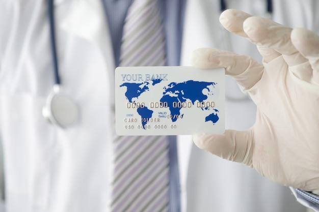 Médico masculino mão em luvas de proteção brancas segure