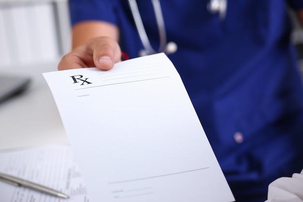 Médico masculino mão segurando o documento