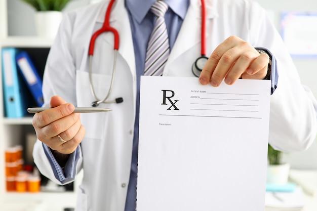 Médico masculino mão segure prescrição