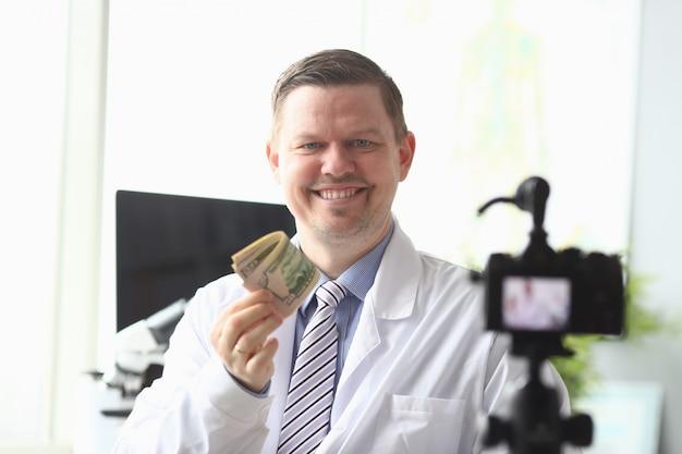 Médico masculino rico