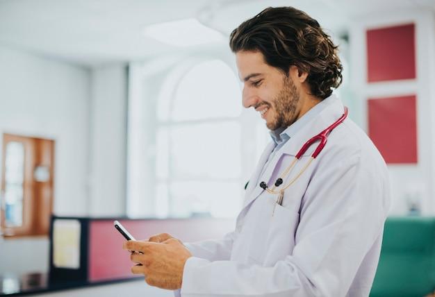 Médico masculino, usando, seu, smartphone