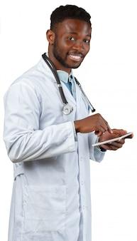 Médico masculino usando tablet digital