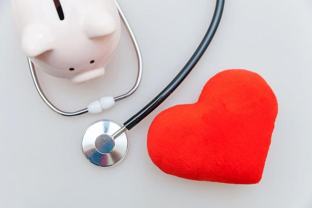 Médico médico equipamento estetoscópio cofrinho e coração vermelho isolado