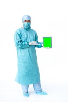 Médico mostrando o tablet de tela verde.