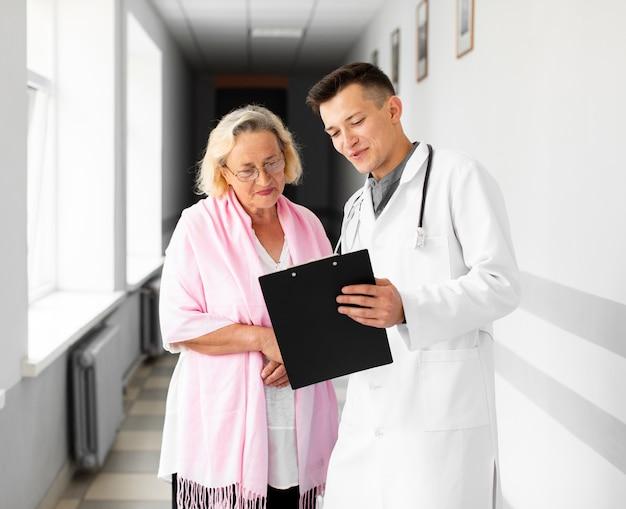 Médico mostrando resultados médicos para o paciente