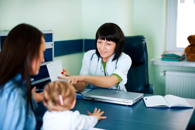 Médico mostrando resultados médicos