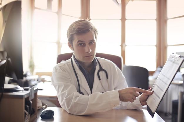 Médico mostrando resultados