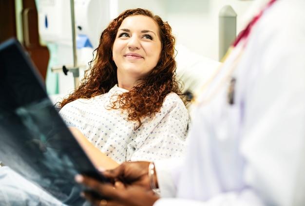 Médico, mostrando, um, paciente, a, raio x, resultados