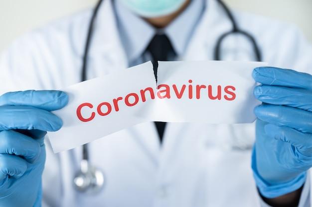 Médico mostrar texto em papel branco com a palavra coronavírus