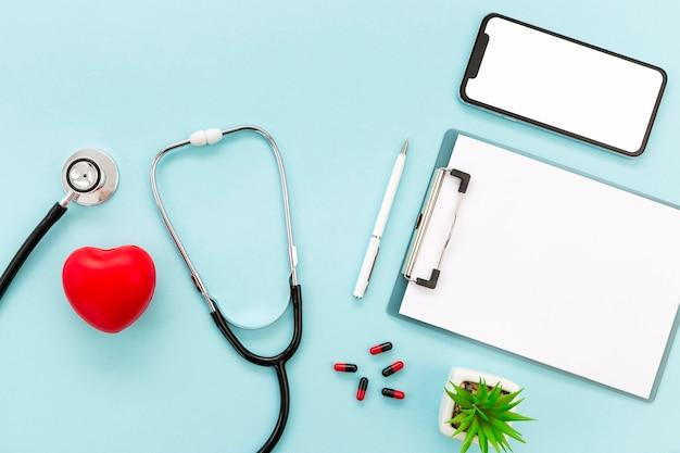 Médico móvel e estetoscópio