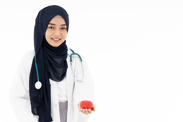 Médico muçulmano segurar coração vermelho