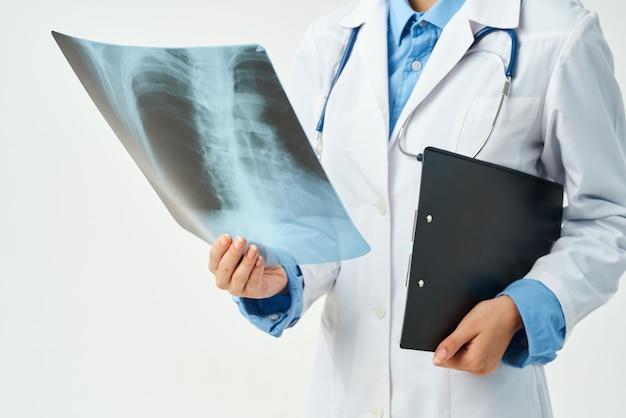 Médico na clínica de closeup de raio x de jaleco branco