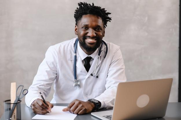 Médico negro. telemedicina o uso do computador