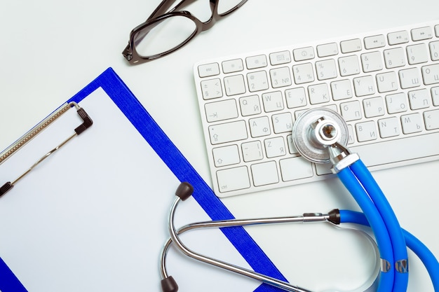 Médico no local de trabalho com um estetoscópio