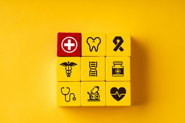 Médico no quebra-cabeça para cuidados de saúde globais