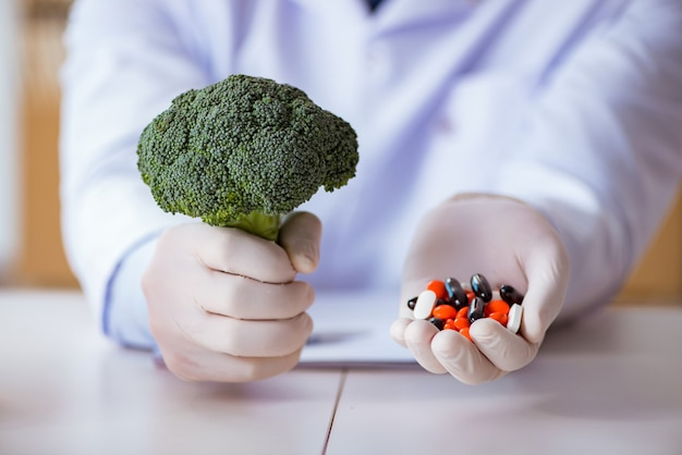 Médico oferecendo a escolha entre vitaminas e saudáveis