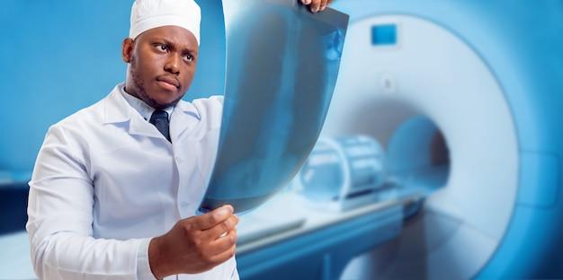 Médico olhando imagens de ressonância magnética. equipamento médico.