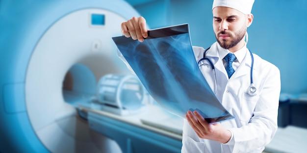Médico, olhando para a imagem de ressonância magnética