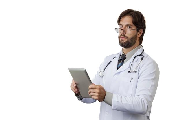 Médico olhando para um tablet em uma parede branca