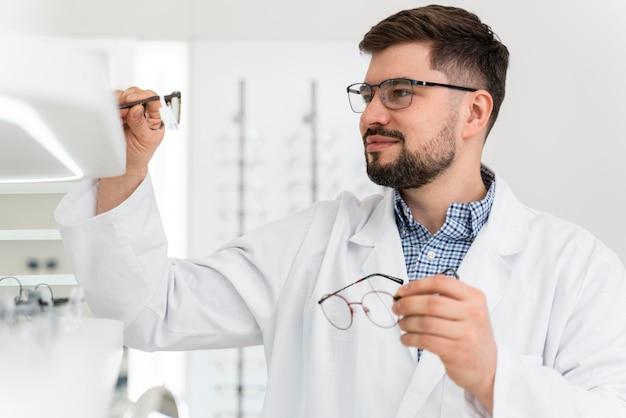 Médico óptico na loja