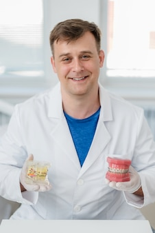 Médico ortodontista mostra como o sistema de aparelho nos dentes é organizado