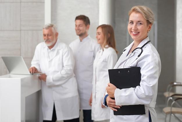 Médico otorrinolaringologista posando no hospital moderno privado.