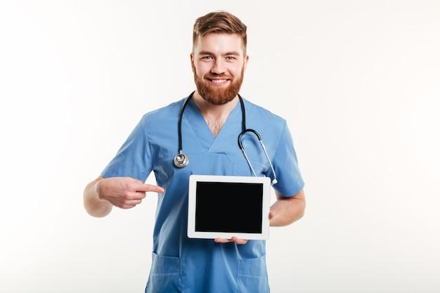 Médico ou enfermeira apontando o dedo no tablet de tela em branco