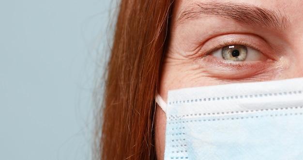 Médico ou enfermeira usa máscara protetora