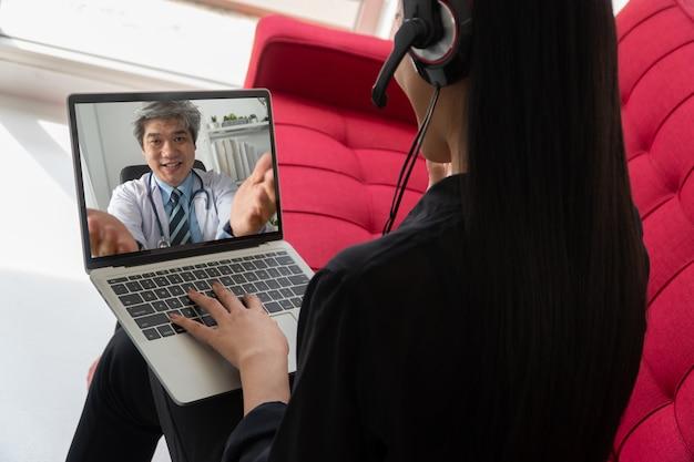 Médico ou terapeuta asiático ajuda a aliviar o estresse e fornece conhecimento e compreensão sobre a síndrome do consultório