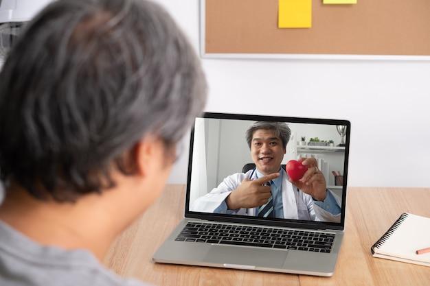 Médico ou terapeuta asiático ajuda a aliviar o estresse e fornece conhecimento e compreensão sobre doenças cardíacas.