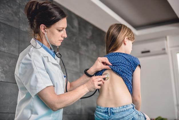 Médico ouvir pacientes no peito com estetoscópio